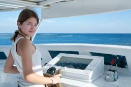Mädchen am Steuer einer Yacht