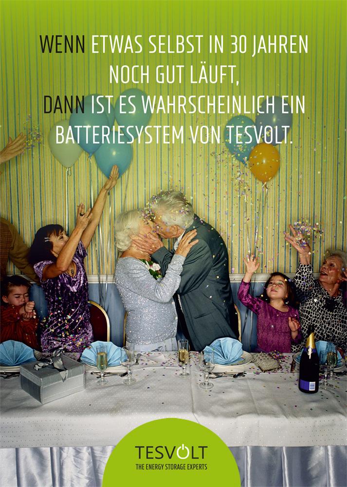 betagtes Ehepaar küsst sich auf Familienfeier
