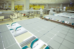 Arbeiders in beschermende kleding controleren de kwaliteit van de panelen