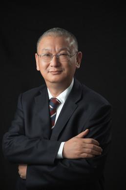 chinesischer Manager in schwarzem Anzug
