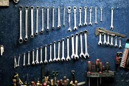 Schraubenschlüssel hängen an blauer Wand