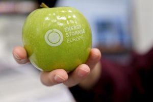 Ein Apfel mit einer Aufschrift Energy Storage Europe
