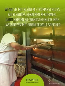 Bäcker von hinten schiebt Brot in die Rohre