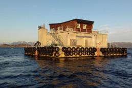Hausboot auf See