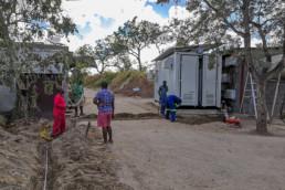 Bauarbeiter in Südafrika installieren einen Speichercontainer
