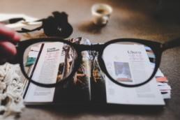 Lesebrille vor einem Magazin