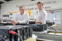 Die Tesvolt Geschäftsführer und Gründer Daniel Hannemann und Simon Schandert mit der TOP 100 Trophäe