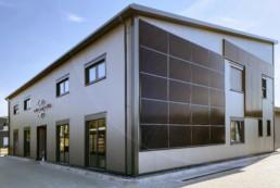 Firmengebäude mit Solarmodulen an der Fassade