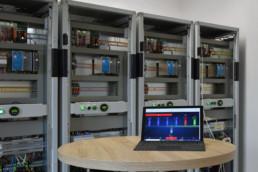 Laptop mit App zur Konfiguration der Gebäudeautomation vor ASchaltschränken