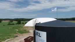 Biogasanlage mit Silo im Vordergrund