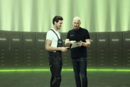 Tesvolt-Mitarbeiter zeigt einem Installateur etwas