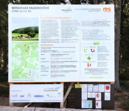 Informationstafel vor der Baustelle des Windparks Falkenhöhe informiert über das Bauvorhaben