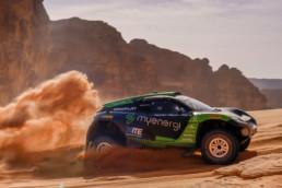 E-Auto fährt in der Wüste